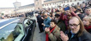 Miles participan en funerales de Umberto Eco