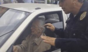 Abuelita huye de policías para evitar infracción