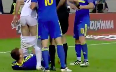 Video: expulsan a Dzeko por bajarle el short a su rival