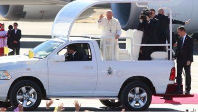 Subastarán Papamóviles que Francisco utilizó en México