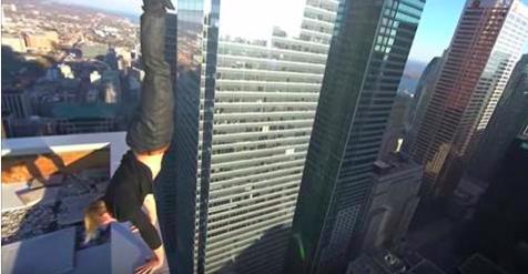 Youtuber se juega la vida en la azotea de un edificio para agradar a sus fans (VIDEO)