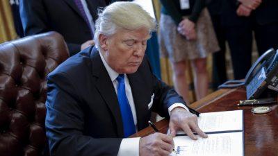 Trump firma orden para construir muro.