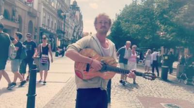 Actor de Harry Potter canta en las calles pero nadie lo reconoció
