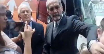 Mujer cuestiona a Presidente del Consejo Mexicano de la Familia  y le tapa la boca