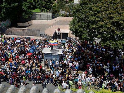 Grupo armado ataca centro de votación en Venezuela