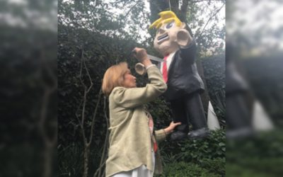 Guadalupe Loaeza festeja su cumpleaños acuchillando a Trump (VÍDEO)