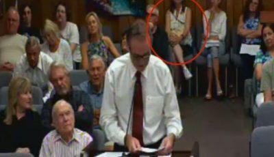 Bolso de mujer explota en plena reunión municipal (VIDEO)