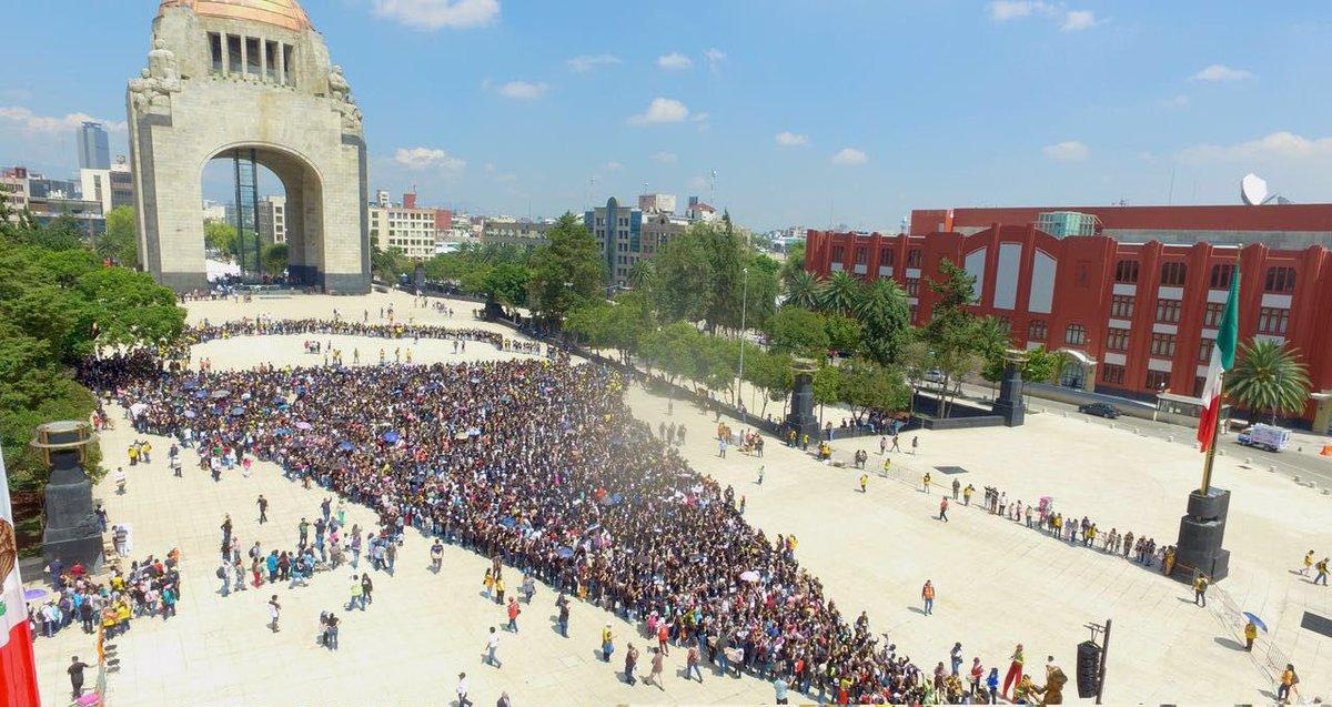 Nuevo récord; cientos de personas comiendo helado en la Ciudad de México