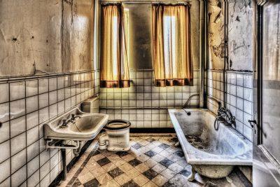 Hombre quita el baño de su casa y mujer se divorcia de él