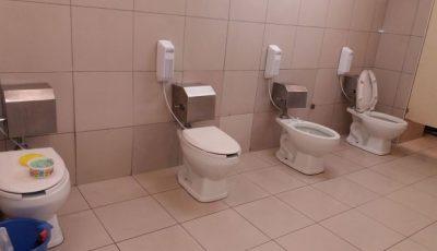 Fotografía de baños sin separaciones causa repudio en Internet