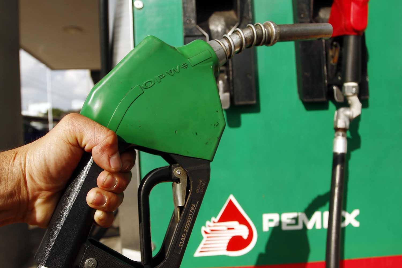 Combustibles bajan centavos, huachicol duplica su precio