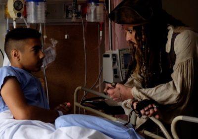 Johnny Depp se disfraza de Jack Sparrow y visita hospital infantil