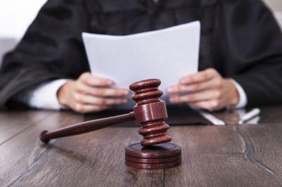 Juez hace berrinche en plena audiencia y causa revuelo en Internet