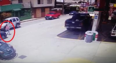 Niña intentó cruzar la calley un vehículo a toda velocidad la aventó