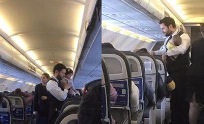 Sobrecargo masculino carga a un bebé en pleno vuelo y se vuelve viral