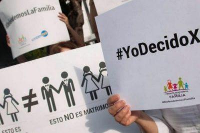 Frente Nacional por la Familia copia campaña de Larousse para incitar a la discriminación