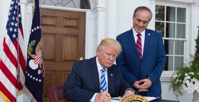 Trump, un racista en muchas formas, lamenta retiro de estatua de supremacista
