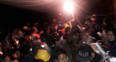 Vecinos de Iztalapa alimentan a damnificados, brigadista y voluntarios