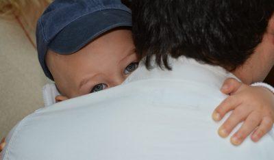 Emiliano niño de 7 años regala abrazos y sonrisas en la condesa