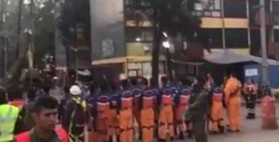 Rescatistas japoneses se unen cantando el Himno Nacional