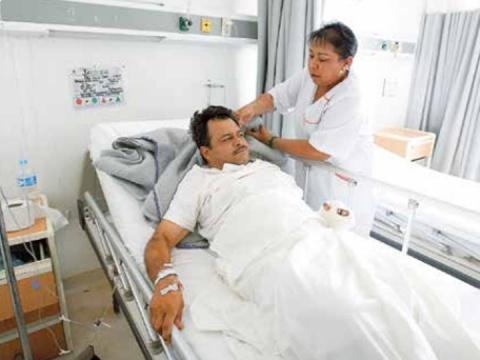 Maestro perdió dedos por proteger a menor durante sismo