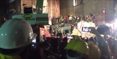 En La Condesa, rescataron sin vida a una persona y entonaron el  Himno Nacional