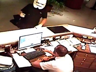 Un hombre con una máscara de 'Star Wars' asaltó un hotel (VÍDEO)