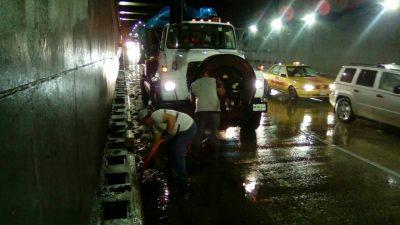 Vialidades en Tabasco se inundan por lluvias intensas.