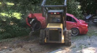 Hombre destrozó el auto de su hija al encontrarla con un chico