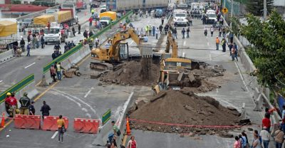 Vecinos molestos por retraso en obra de socavón en Cuernavaca.