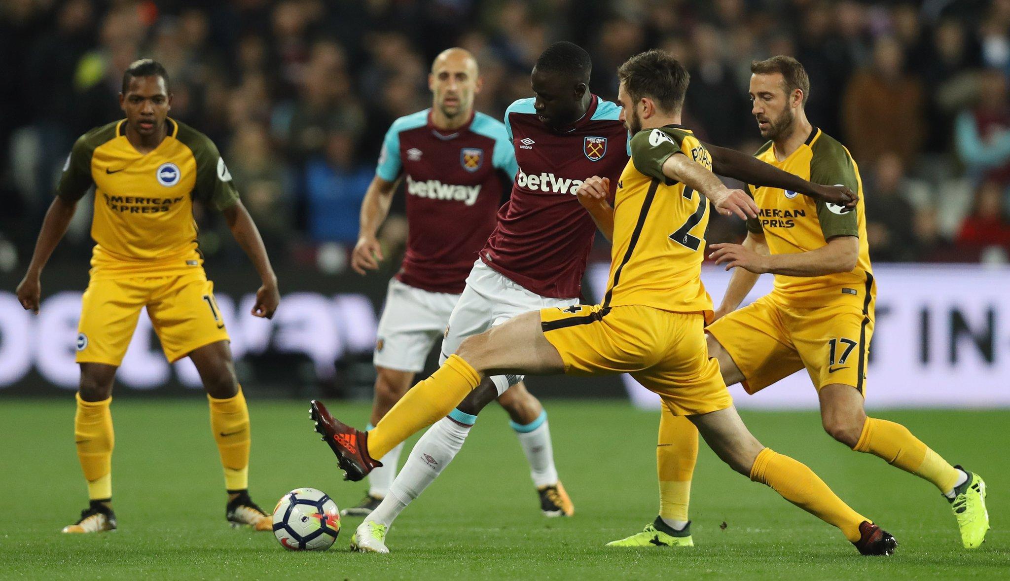 Chicharito juega como titular con el West Ham