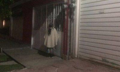 Abuelita pasa la noche en la calle; su familia no la dejó entrar ¡INDIGNANTE!