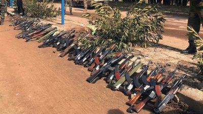 Incautan impresionante arsenal de armas perteneciente al Estado Islámico (VÍDEO)
