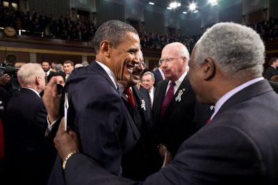 ¿Qué le dijo Bush? Obama no pudo contener la risa durante un discurso y el vídeo se hace viral (VÍDEO)