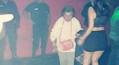 Abuela busca a su nieta luchona en un boliche para que cuide a su bendición