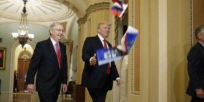 """Avientan a Trump banderas de Rusia y le llaman """"traidor"""""""