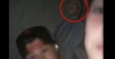 Jóvenes se toman una selfie con un tétrico fantasma