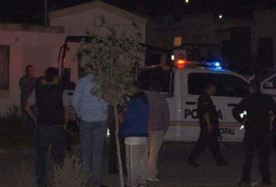 Policías golpean a dos jóvenes, matan a uno y amenazan a ciudadanos por grabarlos