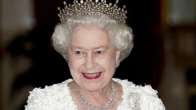 """¿Qué fue lo que Isabel II hizo para """"aterrorizar"""" al rey de Arabia Saudita?"""