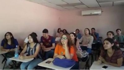 "Al ritmo de ""La Chona"" universitarios aprenden inglés (VIDEO)"