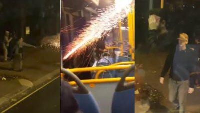 Jóvenes lanzan cohetes al interior de un camión (VIDEO)