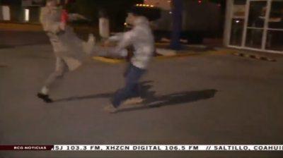 Reportero patea a joven en estado de ebriedad (VIDEO)