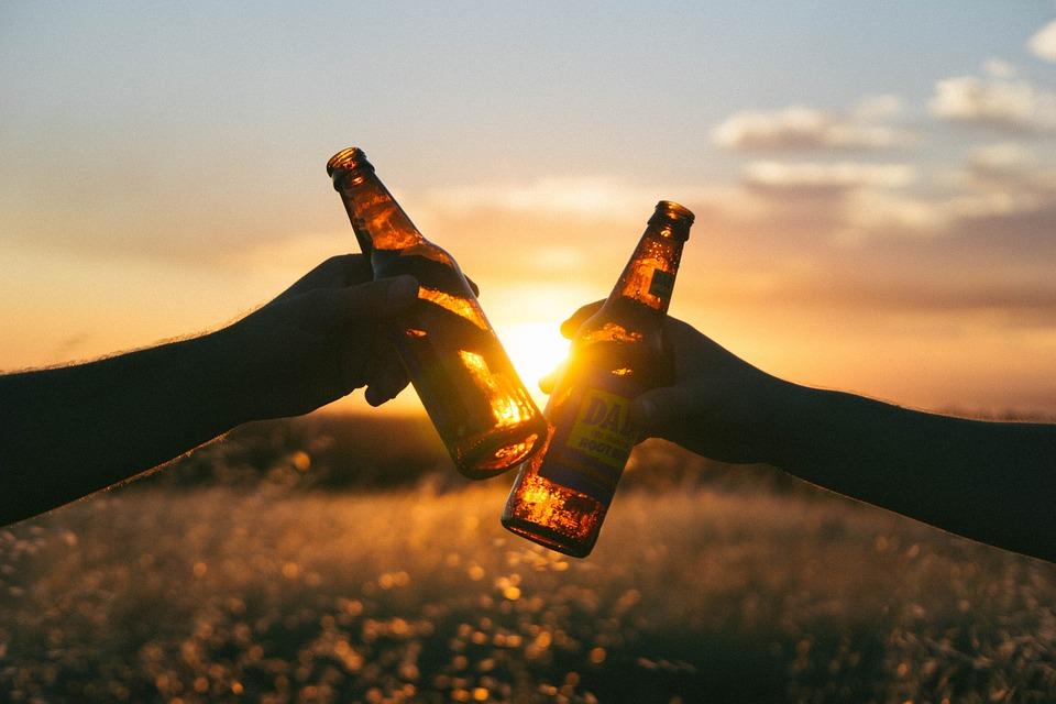 Científicos afirman que consumir alcohol ayuda a comunicarte en otro idioma