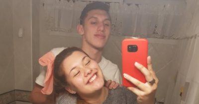 Selfie en el baño revela algo extraño y se viraliza