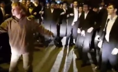 Mujer se enfrenta a 30 sujetos haciendo uso de patadas (Video)