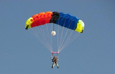 Paracaídista muere electrocutado (FOTOS)