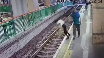 Hombre arroja a una trabajadora de limpieza a las vías del tren (VÍDEO)