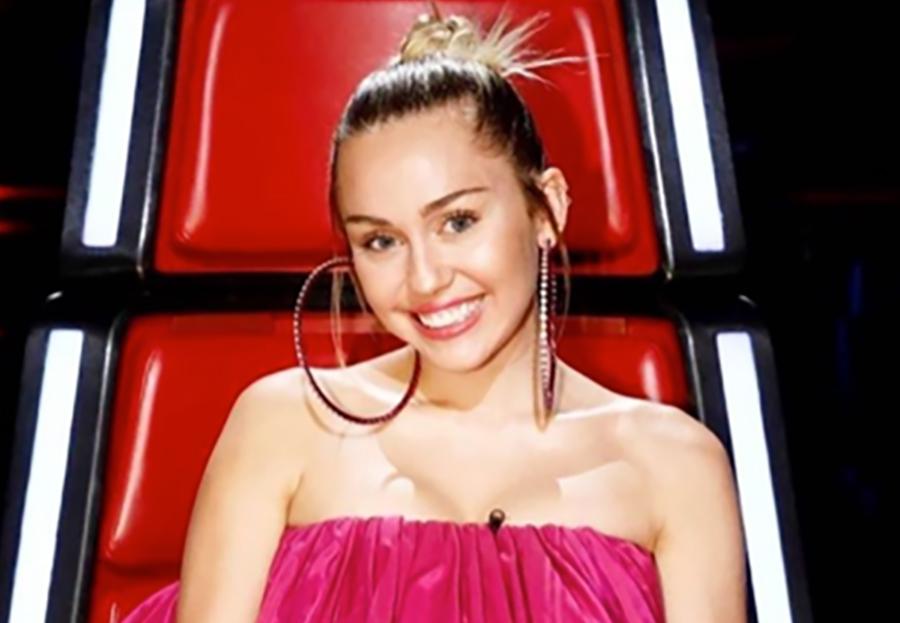 Miley Cyrus desata polémica con un vestido 'horroroso' (FOTOS)