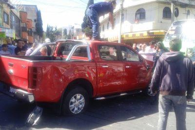 Automovilista embistió a manifestantes; provocó enfrentamiento contra policías (VÍDEO)