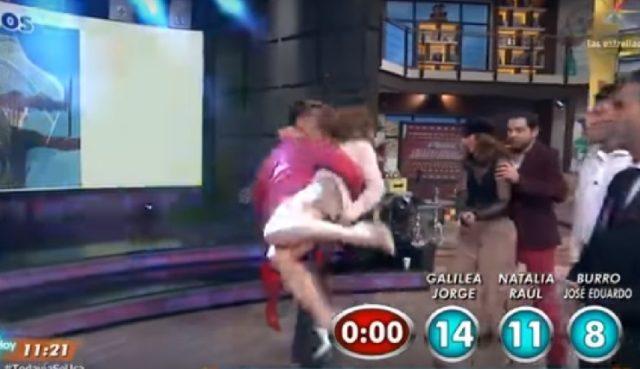 Andrea Legarreta enseña todo al bailar en minifalda con actor en Hoy (Video)